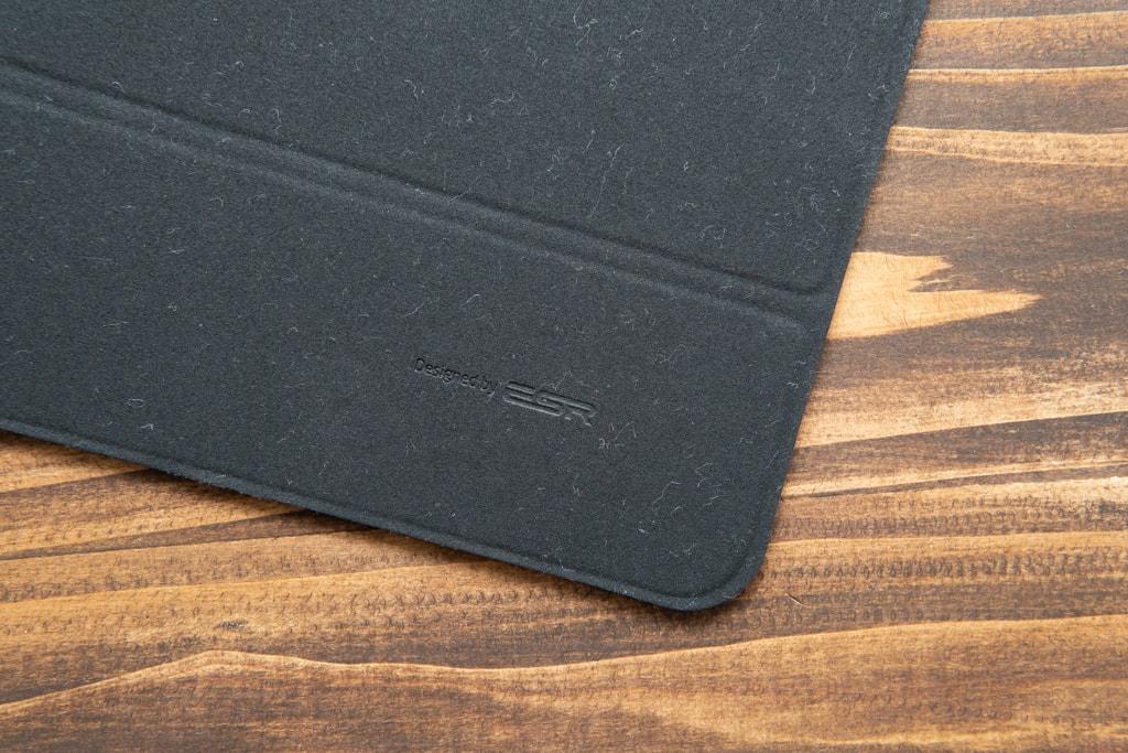 ESR iPad Pro 2020用ケースの裏側は起毛素材