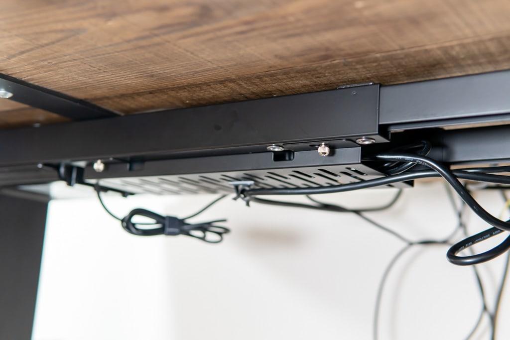 電源アダプタは天板の背面に