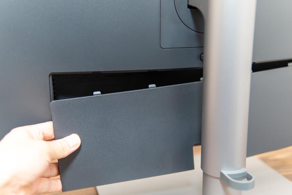 PD3220Uの背面にケーブルカバーを装着