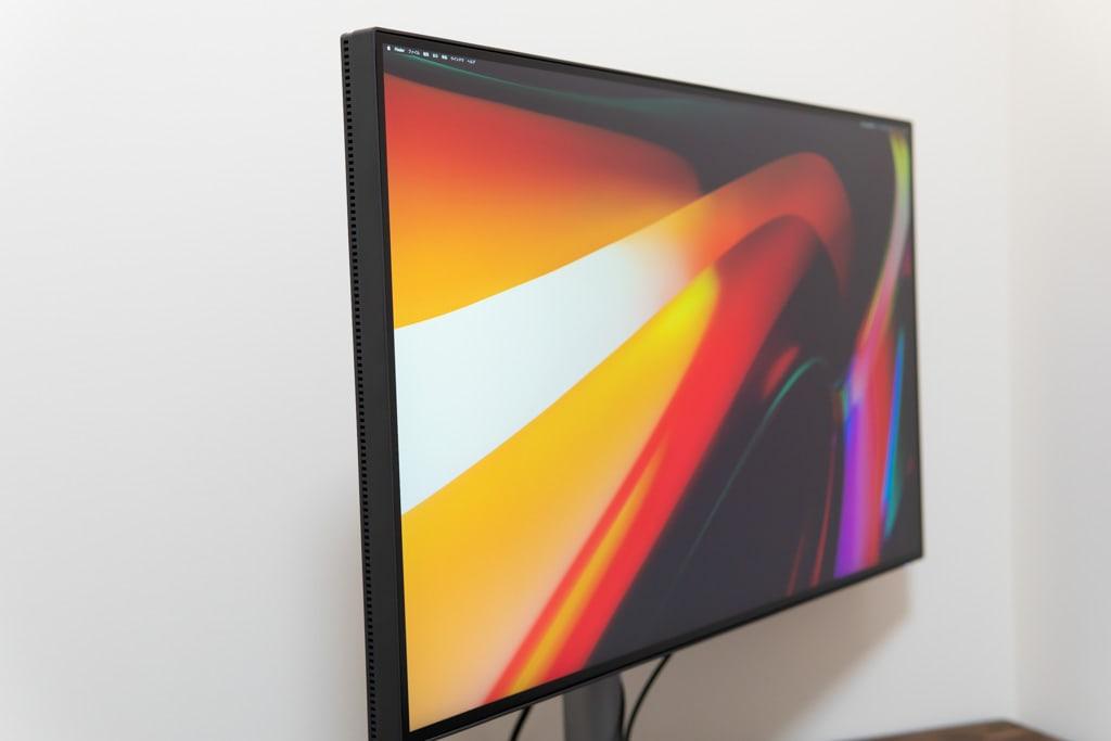 PD3220UはIPSパネルなので角度を変えても色が変わりづらい