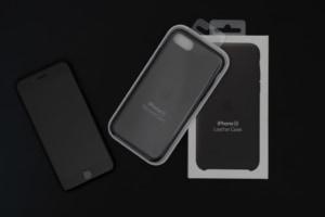 どっちを選ぶ?iPhone SE 第2世代用Apple純正シリコンケース vsレザーケースを比較