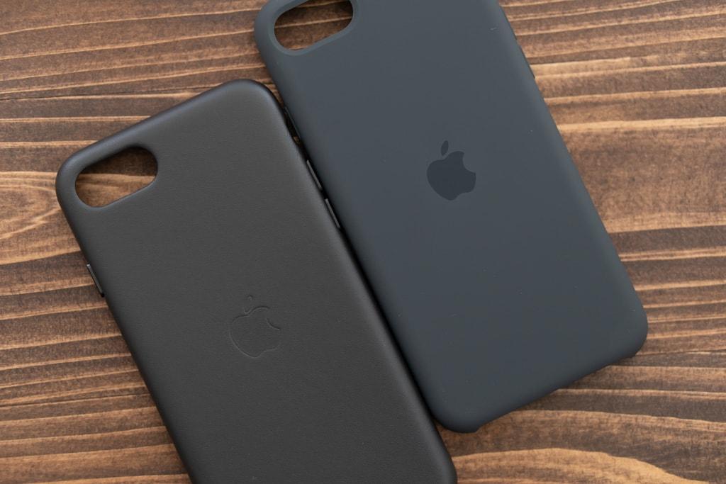 Apple純正iPhone SE 第2世代用レザーケースとシリコンケースの大きな特徴はリンゴマーク
