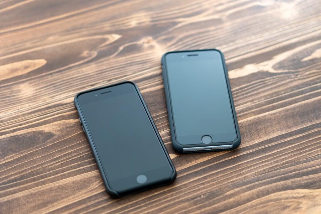 Apple純正iPhone SE 第2世代用レザーケースとシリコンケースを装着