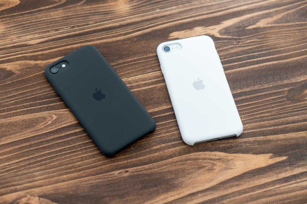 Apple純正iPhone SE 第2世代用レザーケースとシリコンケースどっちを選ぶ?