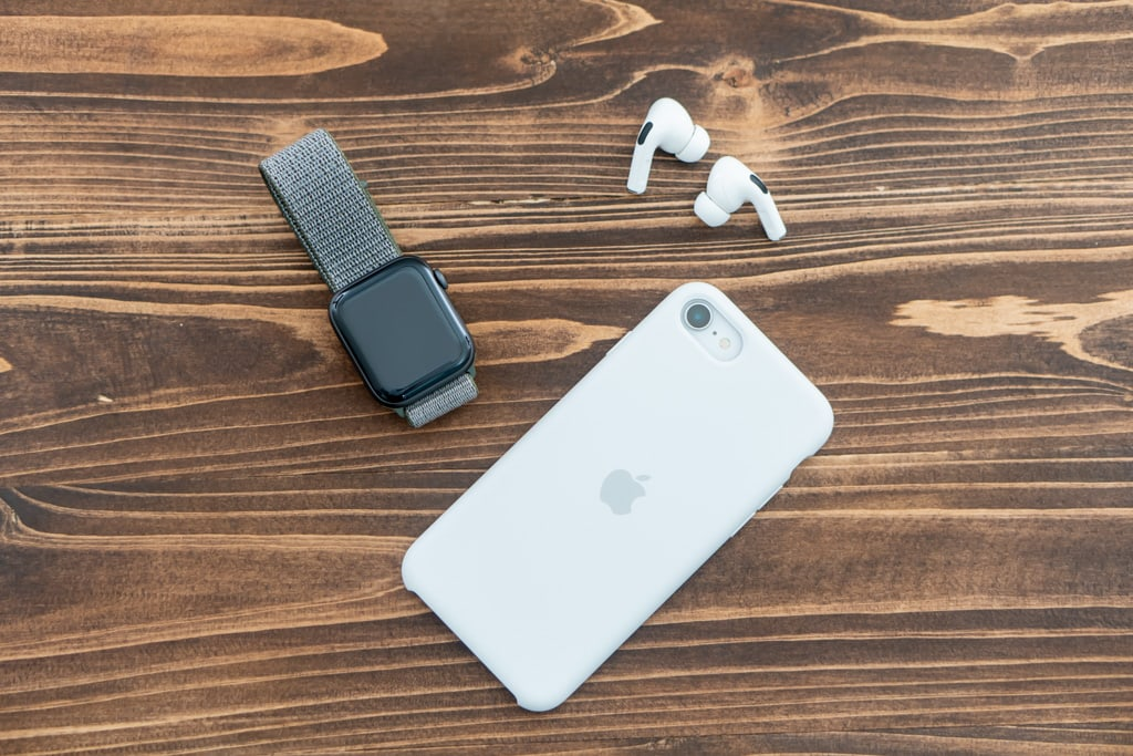 カジュアルな印象のiPhone SE 第2世代用シリコンケース