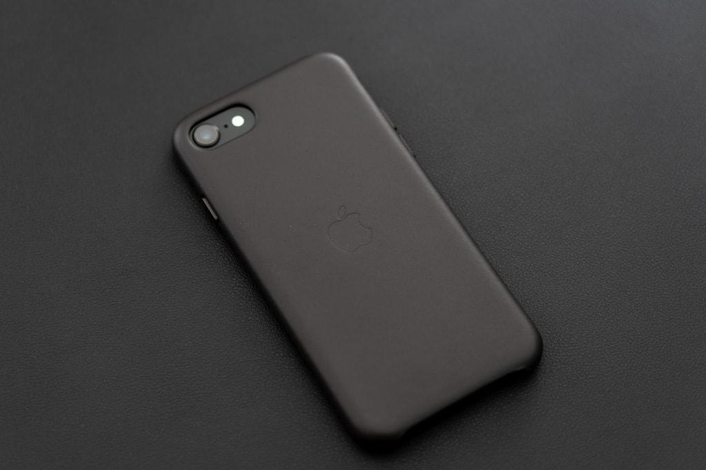 Apple純正iPhone SE 第2世代用レザーケースは魅せるケースとして優秀