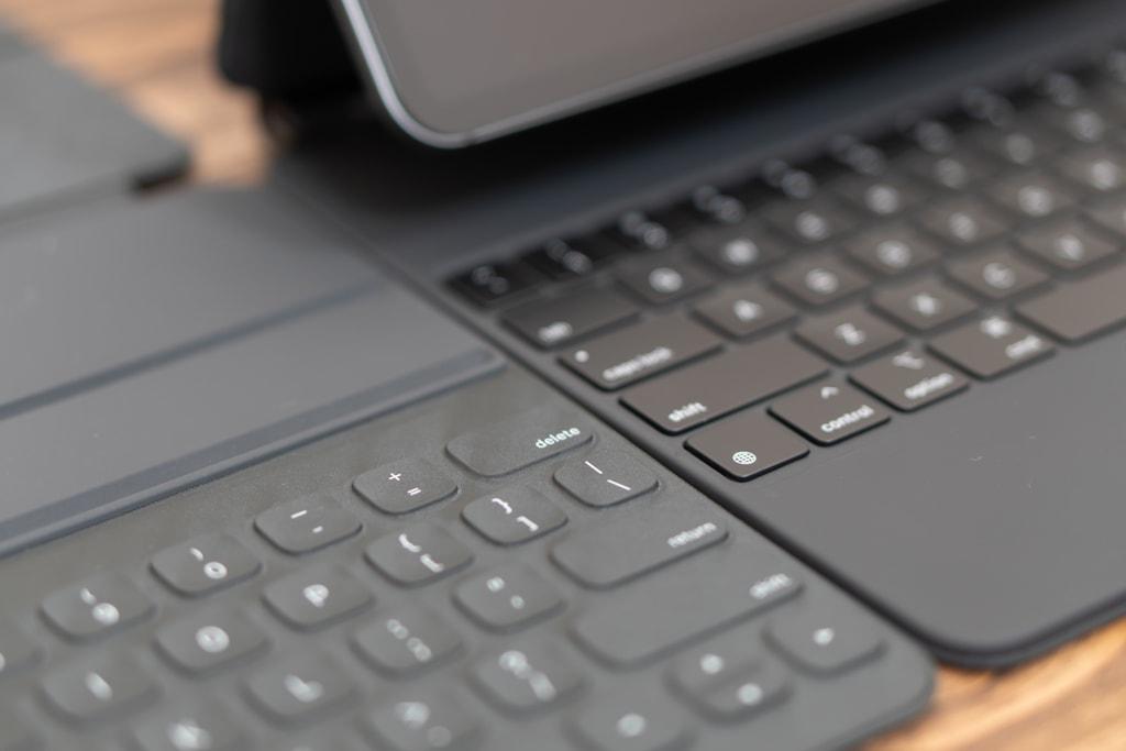 Smart Keyboard Folioとは全く違う素材