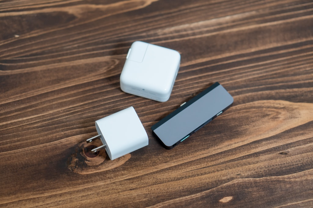 iPad Pro付属充電器とMacBook Air付属充電器とUSBハブ