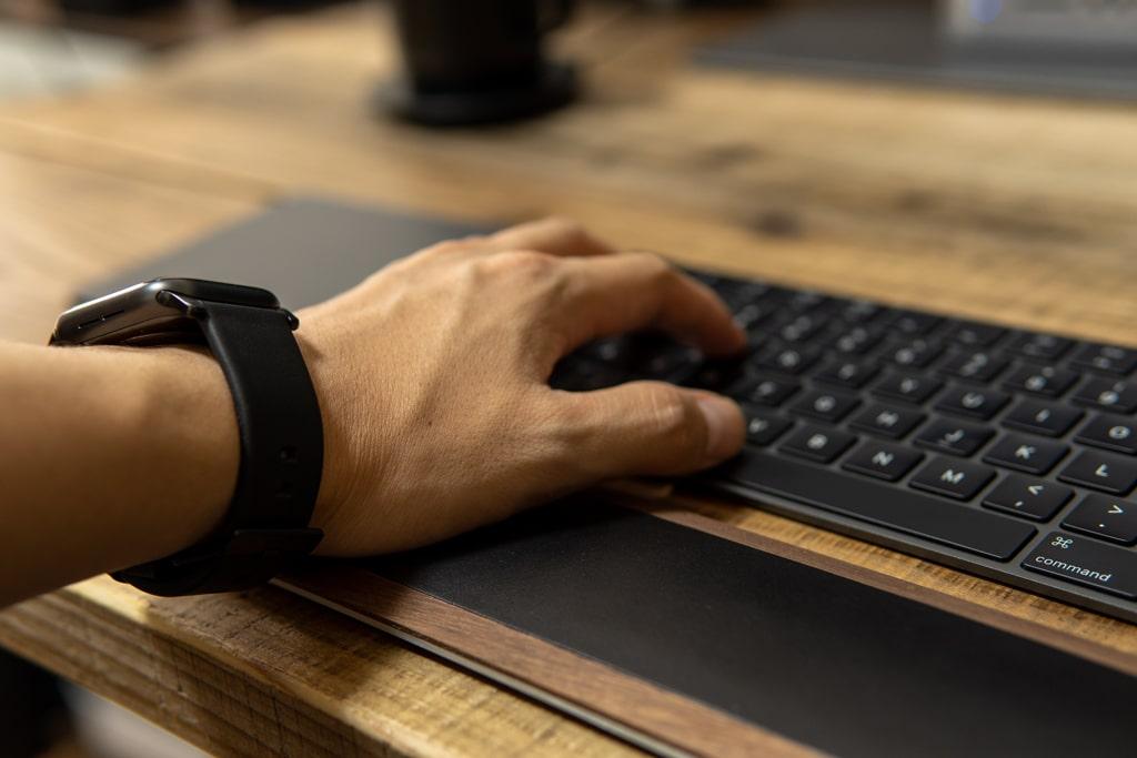 Apple Watchがデスクに干渉しづらい