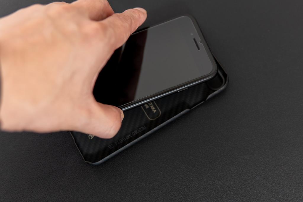iPhoneをはめ込むように装着