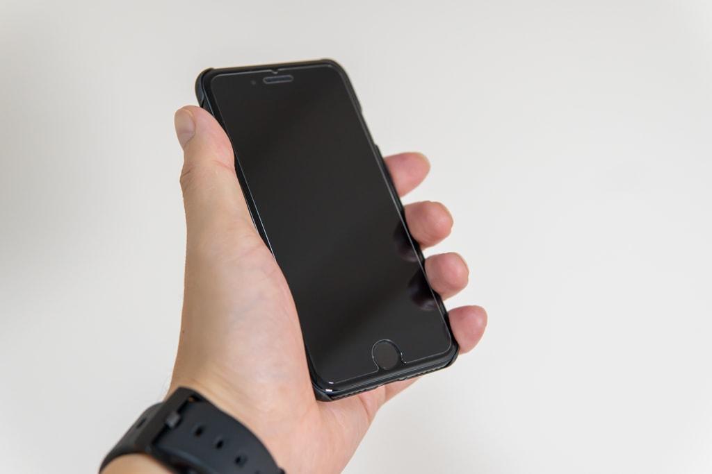 iPhone SE(2020)用PITAKA MagEZ Caseは素のiPhoneを持っているかのような持ち心地