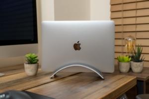Twelve South BookArc レビュー:MacBook Pro/Airをおしゃれで省スペースに設置できる縦置きスタンド