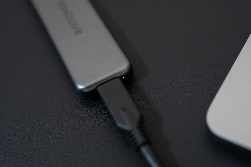 RAVPower RP-UM003をデバイスに接続しているときはインジケータが光る