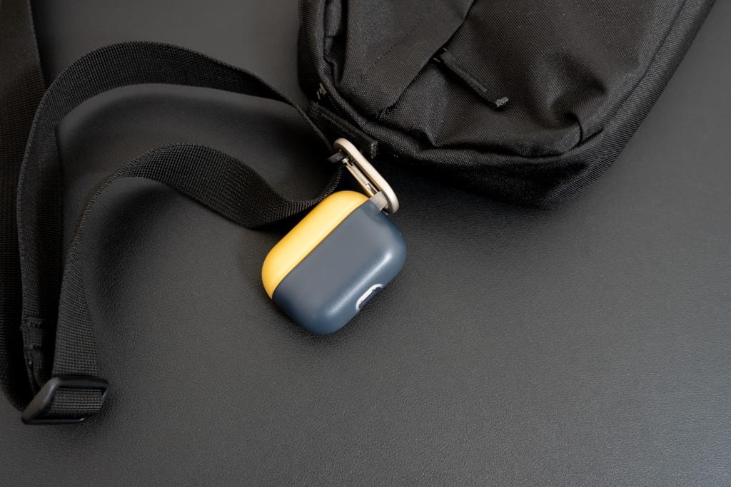 RhinoShield AirPods Proケースをバッグに装着