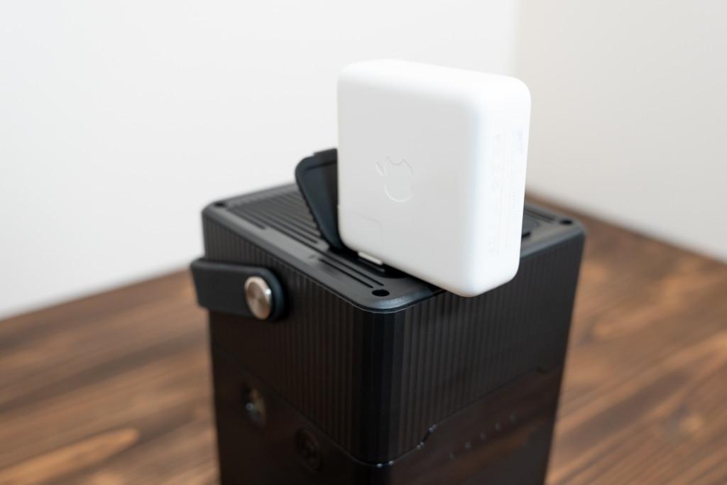 RP-PB187のACコンセントにはMacBook Proのアダプタも接続できる