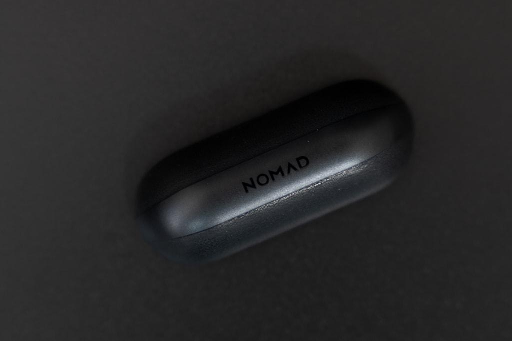 Nomad Rugged Case AirPods Proのフタにはブランドロゴ