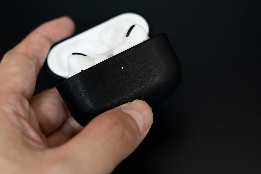Nomad Rugged Case AirPods ProはLEDの点灯もわかる