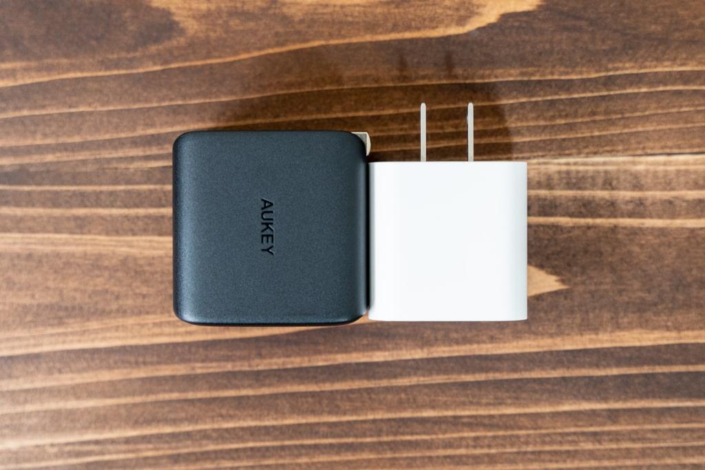 AUKEY Omnia PA-B4はiPad Proの付属充電器より小さい