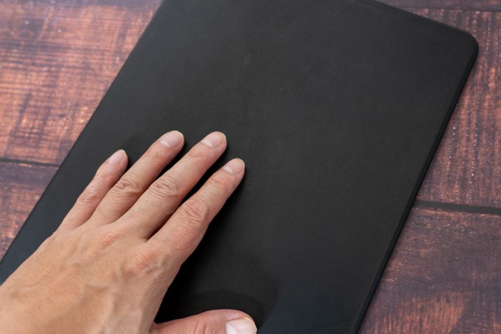 NOMAD iPad Pro Rugged Caseはレザーの心地いい感触
