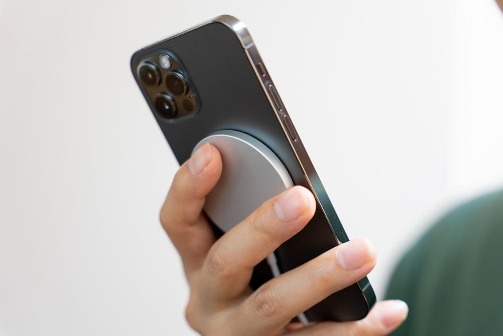 iPhoneをワイヤレス充電しながら使える