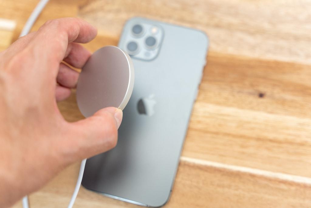 Apple MagSafe充電器はカチッと吸着する