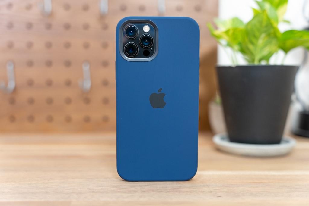 iPhone 12 / iPhone 12 Pro用Apple純正シリコンケースは角ばっているため自立する