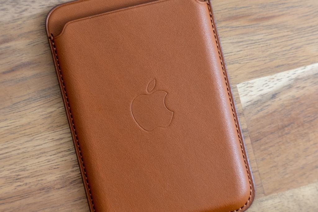 Apple純正MagSafe対応iPhone 12レザーウォレットはリンゴーマークも印字されている