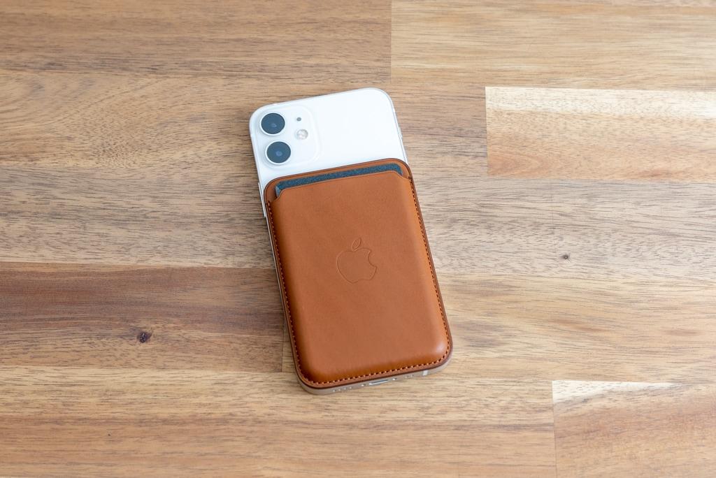 Apple純正MagSafe対応iPhone 12レザーウォレットをiPhone 12 miniに装着