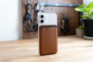 MagSafe対応iPhone 12レザーウォレットレビュー:3枚までのカードをiPhoneと同時携帯できるApple純正ウ...