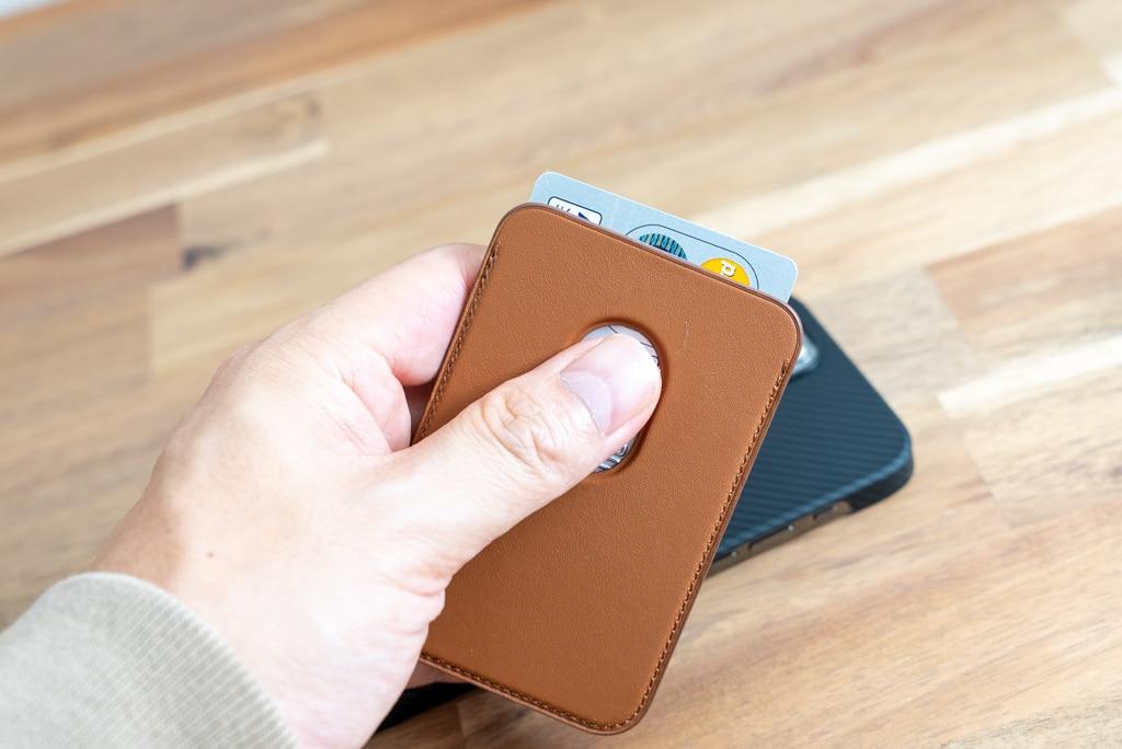 背面の穴からスライドするようにカードを出す