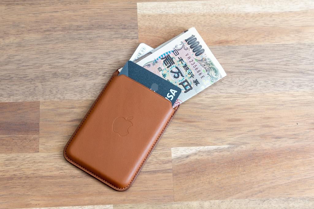 クレジットカードと免許証と畳んだ現金