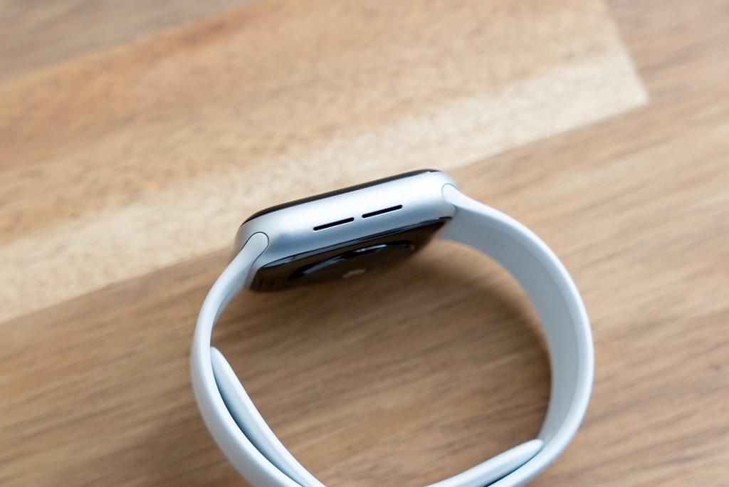 Apple Watch SEの左側面にはスピーカー
