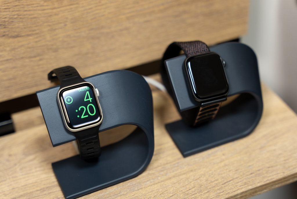 Apple Watch SEを充電中