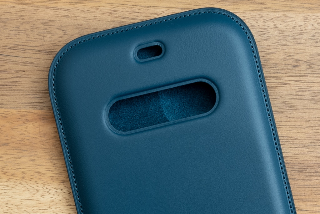 iPhone 12シリーズ用レザースリーブ の内部はマイクロファイバー