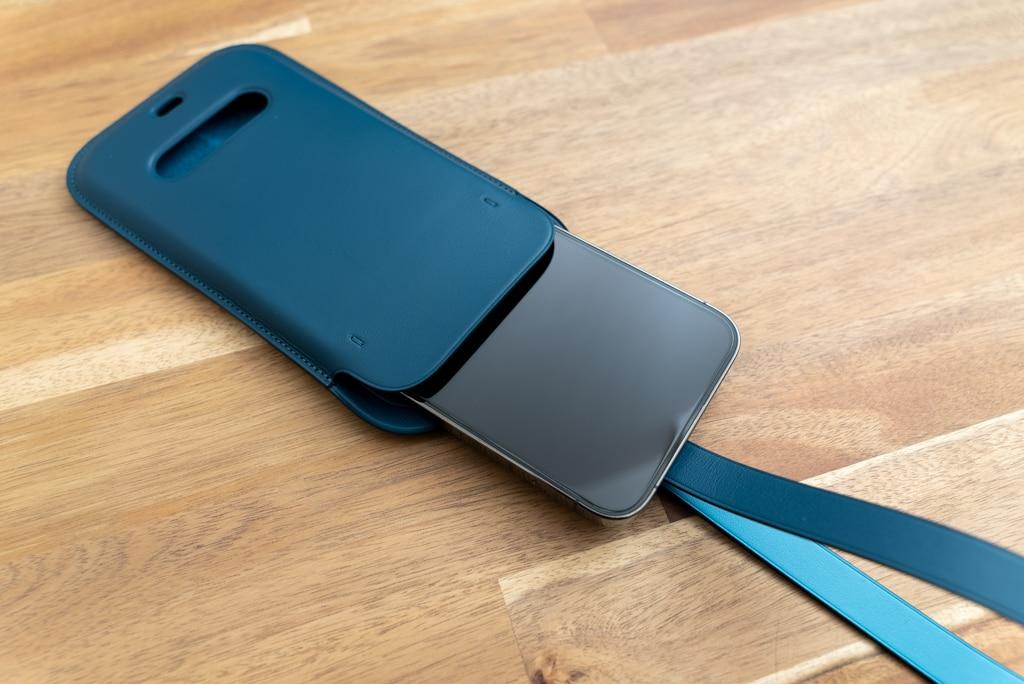 iPhone 12シリーズ用レザースリーブ にiPhoneを入れる