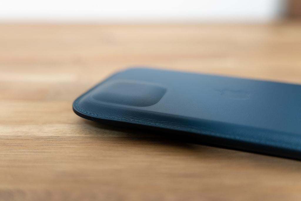 iPhone 12シリーズ用レザースリーブ の背面には膨らみ