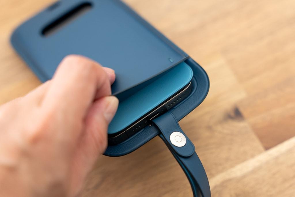 iPhone 12シリーズ用レザースリーブ にはカードが一枚だけ入る