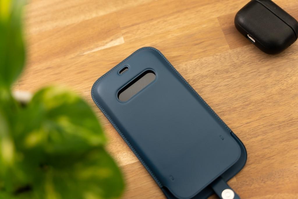 iPhone 12シリーズ用レザースリーブ は雰囲気がとても良い