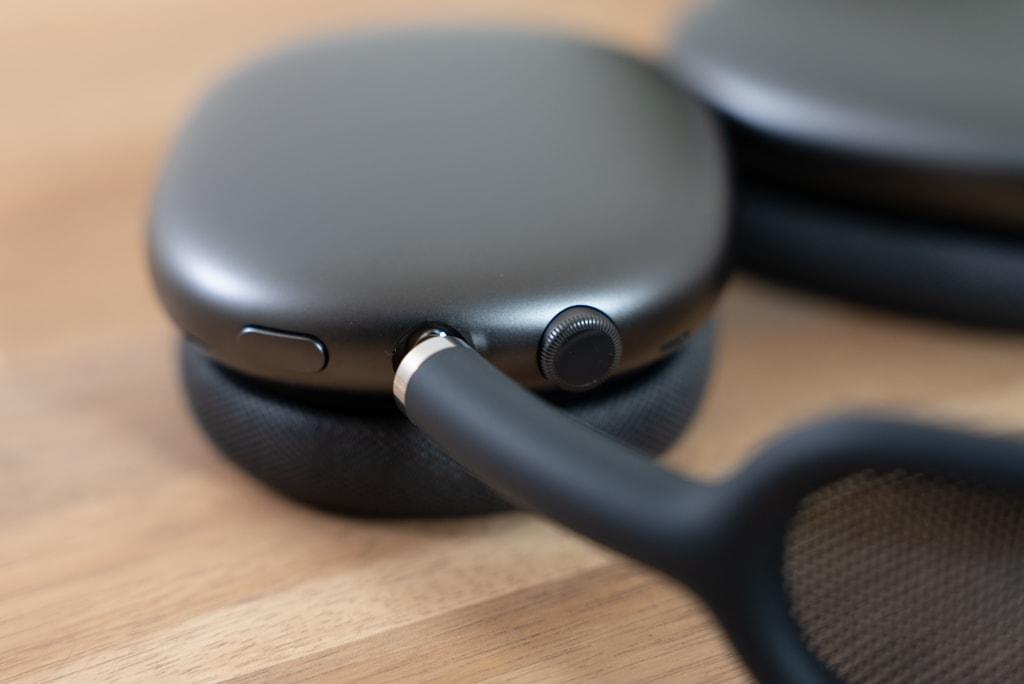 AirPods Maxの右側イヤーカップにデジタルクラウンとノイズコントロールボタン