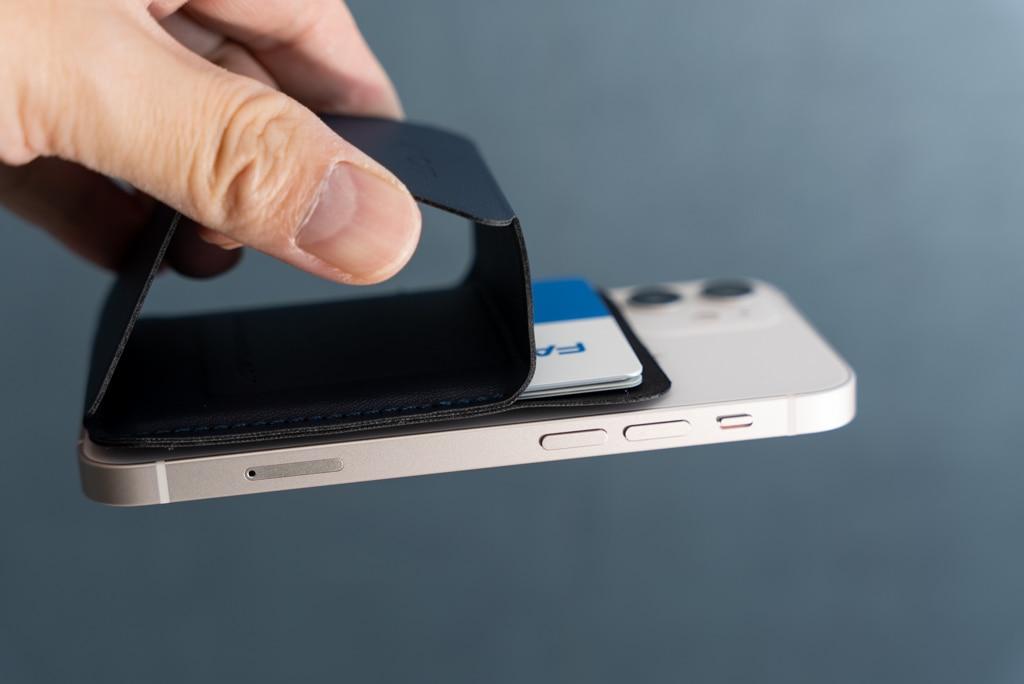 iPhone 12 miniを持ち上げる