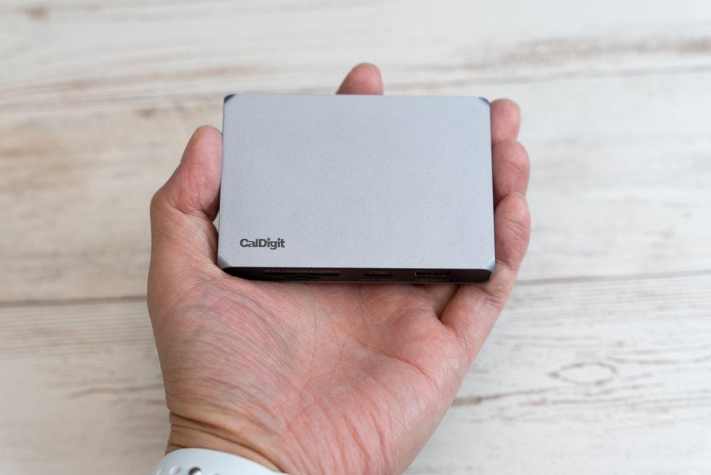 CalDigit USB-C SOHO Dockはカードを一回り大きくしたサイズ感