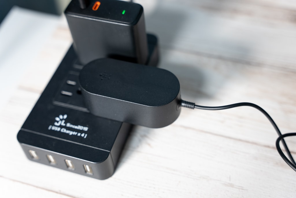 Belkin 3-in-1 Wireless Charger with MagSafeのACアダプタをコンセントへ
