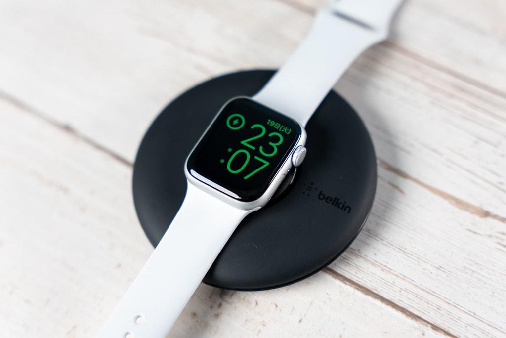 Belkin Apple Watch 充電スタンドは寝かせて使うこともできる