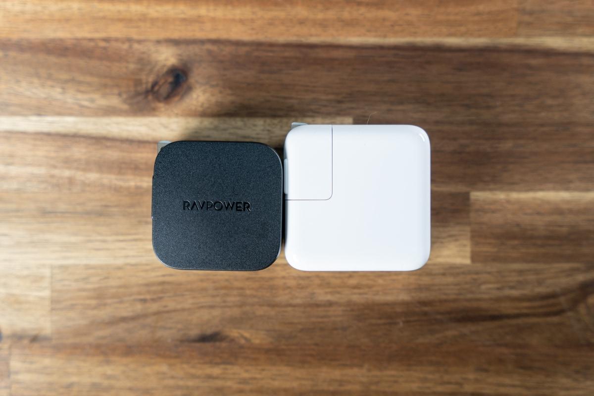MacBook Air付属充電器より一回り小さい