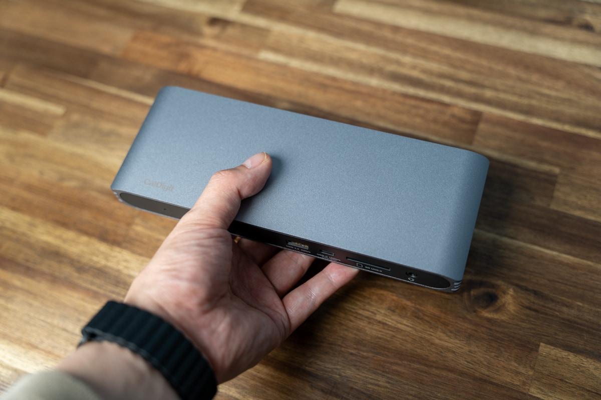 CalDigit USB-C Pro Dockを手に持ったサイズ感
