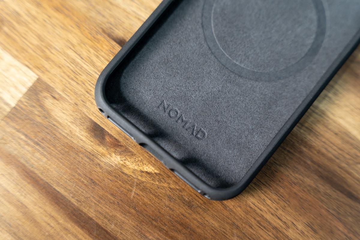 NOMAD Rugged Case MagSafeの内部はマイクロファイバー