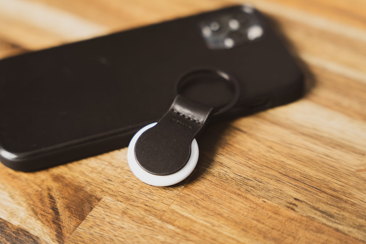 NOMAD Leather Loop for AirTagとiPhone 12 Pro