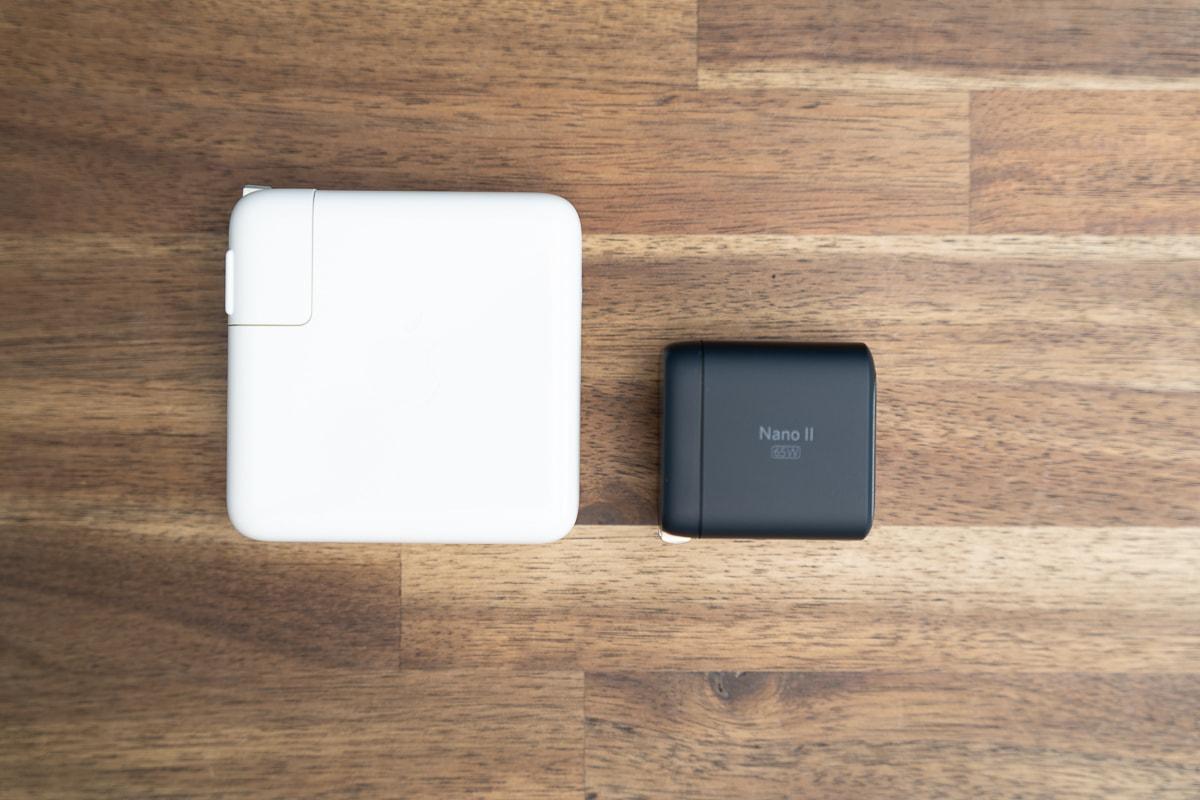 MacBook Pro 13インチ付属充電器とAnker Nano II 65Wのサイズ比較