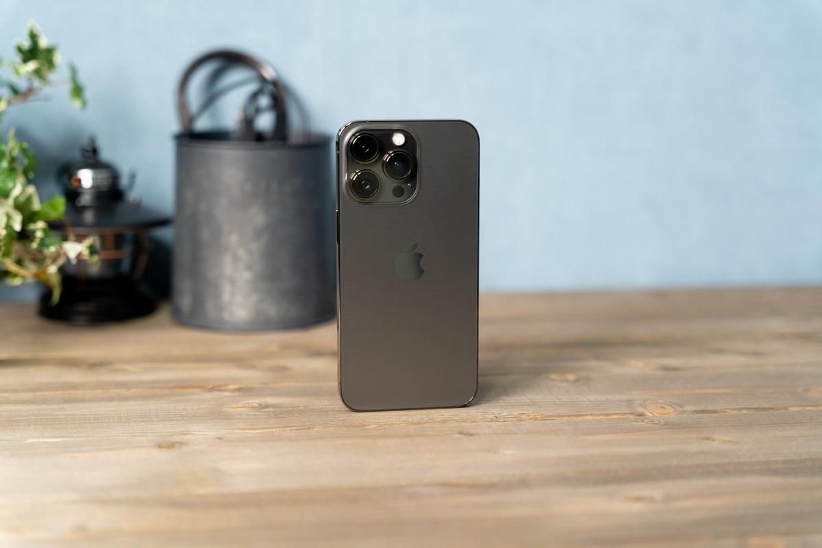 角張ったデザインの美しいiPhone 13 Pro