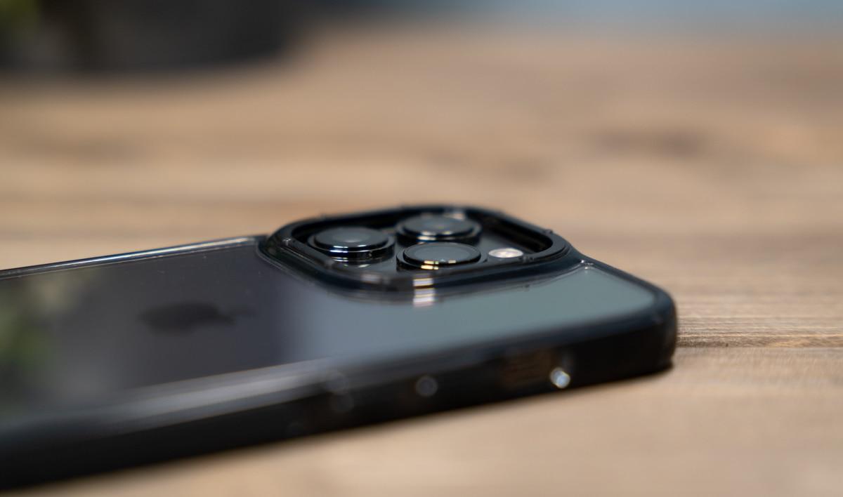 カメラより高さがありレンズを保護
